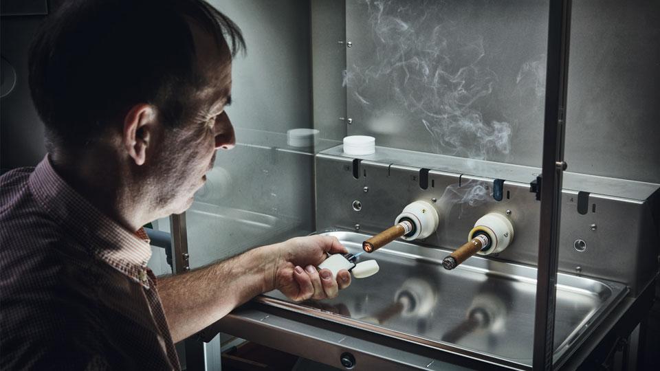 Michael Fröhlich prüft Zigarren