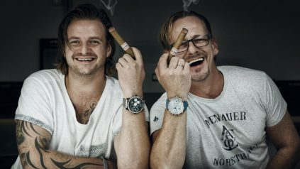Die Alles-André-Leser Nico Becks und Olaf Möller mit ihren selbstgebauten Uhren