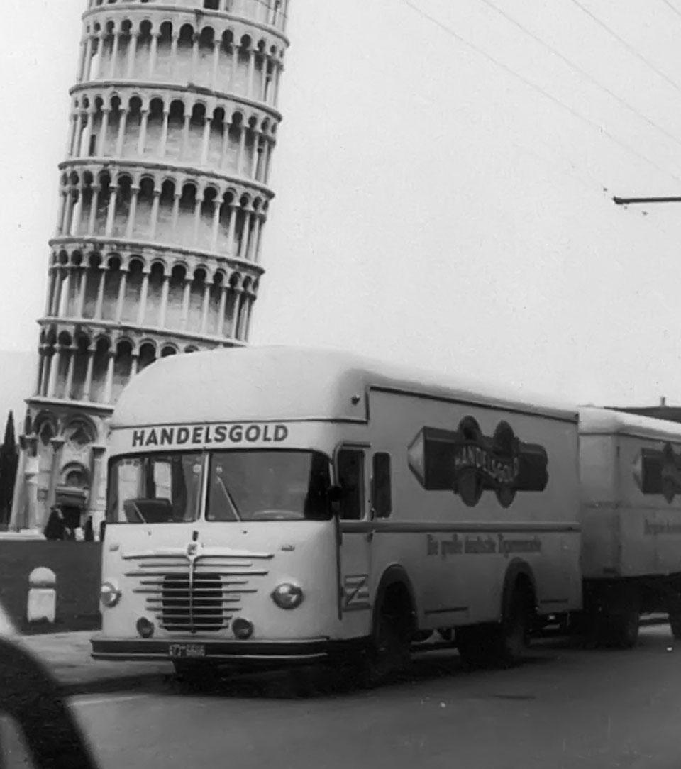 Handelsgold vor dem schiefen Turm von Pisa (1950er Jahre)