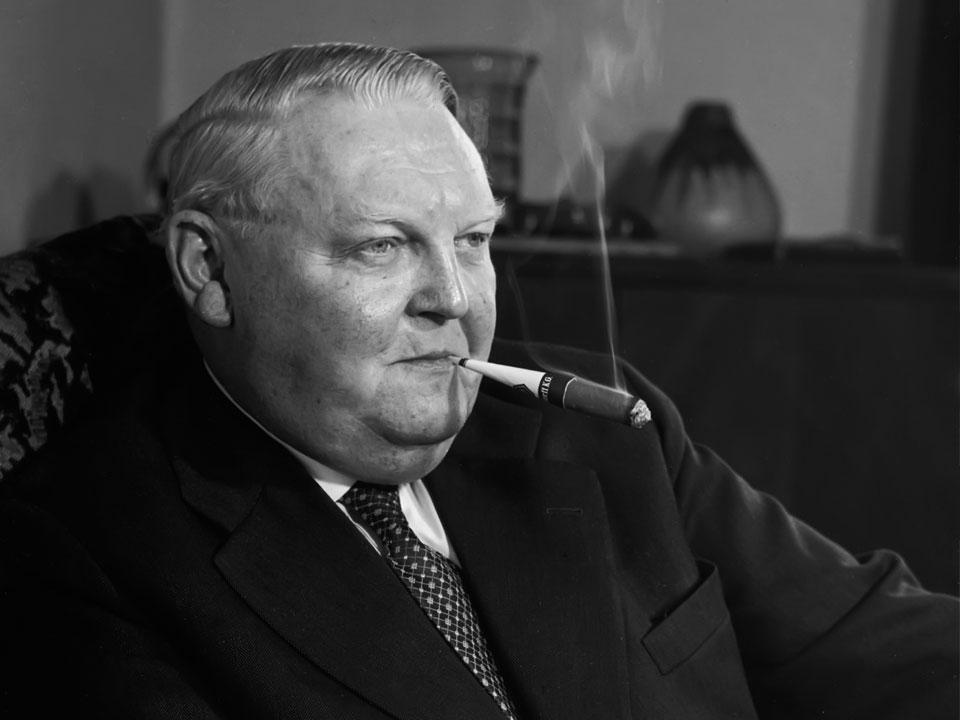 Ludwig Erhard raucht Handelsgold