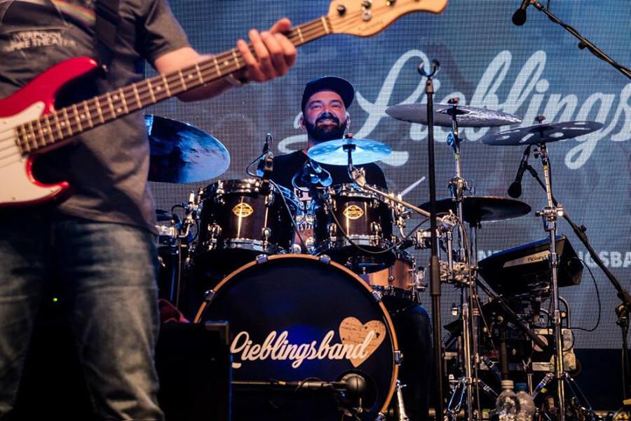 """Philip """"Bo"""" Borgmann auf der Bühne mit """"deine Lieblingsband"""""""