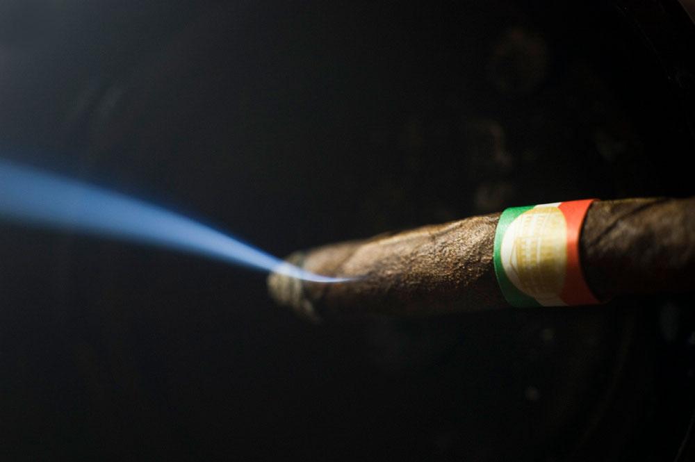 Toscano-Zigarre rauchen